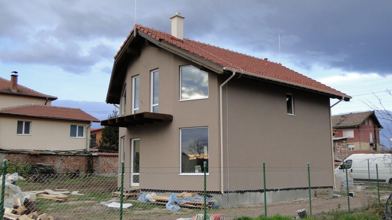 къща с големи прозорци
